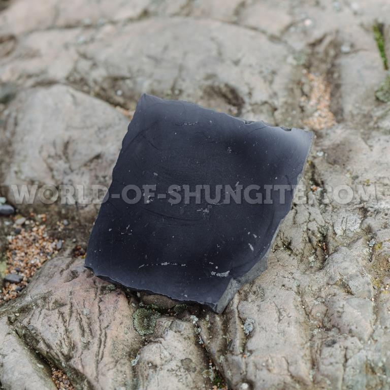 Плитка шунгитовая неполированная бесформенная