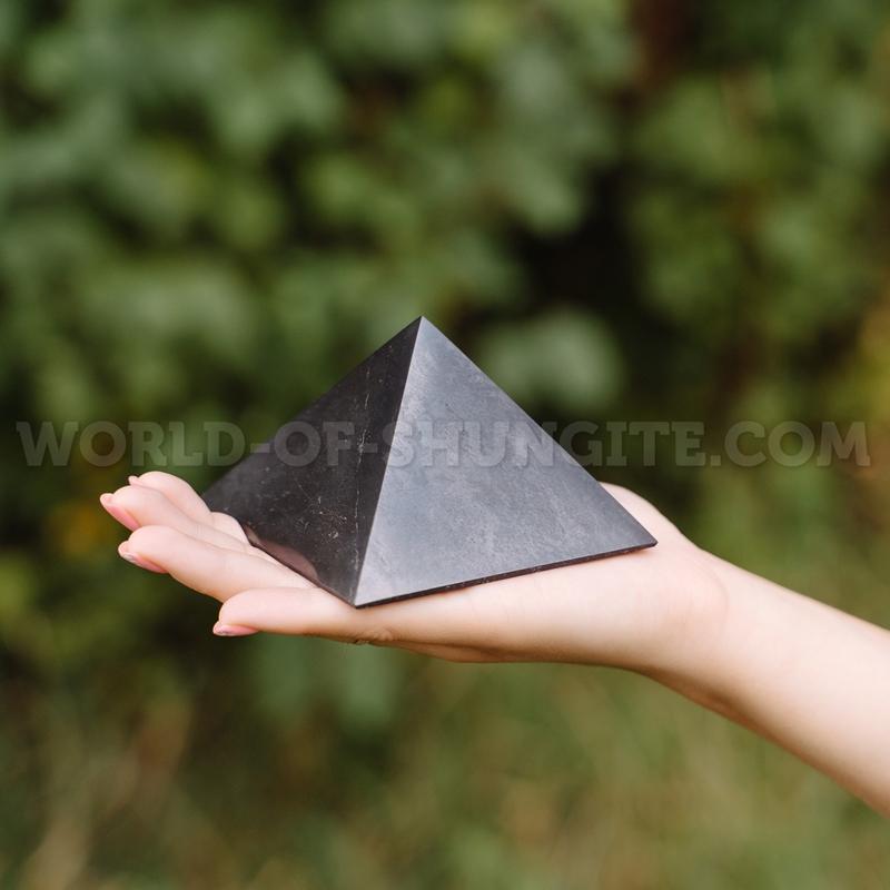 Пирамида полированная из шунгита 8см