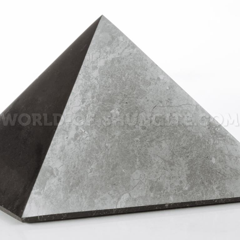 Пирамида полированная из шунгита 9см
