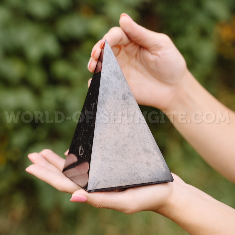 Пирамида Голода полированная из шунгита 10см.