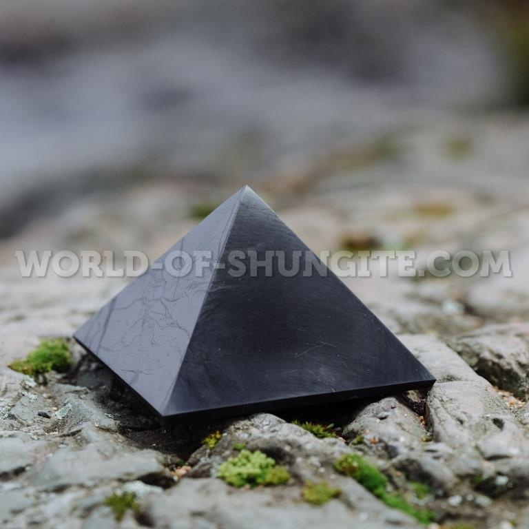 Пирамида полированная из шунгита 10см с индивидуальной лазерной гравировкой