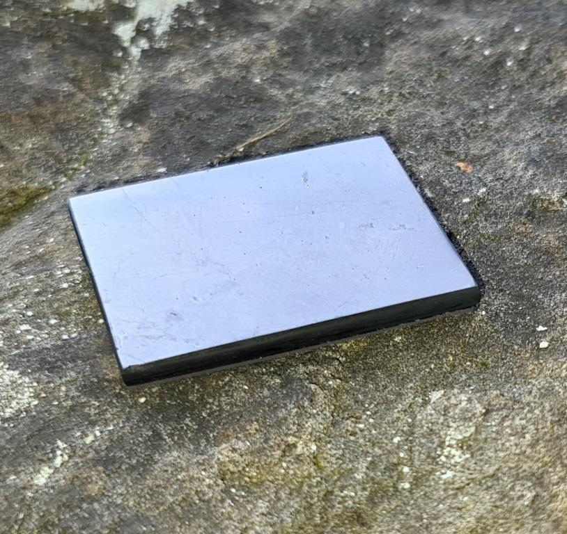 Пластинка полированная на магните 40х50 мм из шунгита.